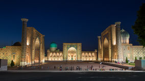 Registan在晚上在撒马而罕,乌兹别克斯坦 图库摄影