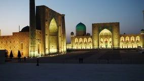 Registan cuadrado, noche samarkand uzbekistan almacen de video