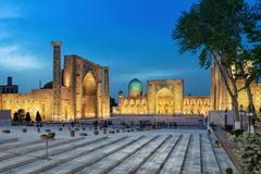 Registanvierkant bij schemer in Samarkand, Oezbekistan royalty-vrije stock foto's