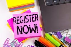 Register för handstiltextvisning som göras nu i kontoret med omgivning liksom bärbara datorn, markör, penna Affärsidé för interne royaltyfria bilder