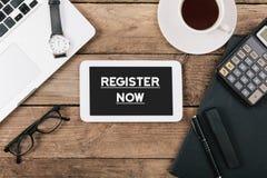 Register simsen jetzt auf Tablet-Computer auf Schreibtisch stockfoto