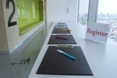 Register tecken-i för grupprum för främre rum seminarium fotografering för bildbyråer