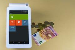 Registeranschluß des elektronischen Zahlungsverfahrens Banknote 10 Euros und einige Münzen Lizenzfreies Stockbild