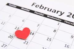 Registi la pagina e la carta rossa dei cuori il 14 febbraio dei biglietti di S. Valentino Fotografie Stock Libere da Diritti