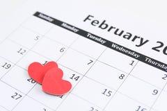 Registi la pagina e la carta rossa dei cuori il 14 febbraio dei biglietti di S. Valentino Fotografia Stock Libera da Diritti