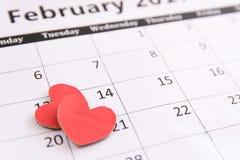 Registi la pagina e la carta rossa dei cuori il 14 febbraio dei biglietti di S. Valentino Immagini Stock