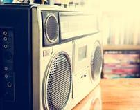 Registrador estéreo del casete de radio retro en el escritorio de madera Imagen de archivo libre de regalías