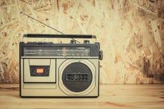 Registrador estéreo del casete de radio retro en la tabla de madera Imagen de archivo