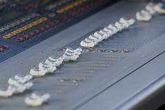 Registrador sano de Digitaces del equipo de audio del estudio de Electric Mixer Recording del regulador de la música Imagen de archivo libre de regalías