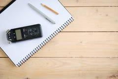 Registrador sano de Digitaces y otros accesorios en la tabla de madera, Foto de archivo libre de regalías
