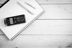 Registrador sano de Digitaces y otros accesorios en la tabla de madera Fotos de archivo