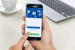 Registrando nell'applicazione di Facebook immagine stock libera da diritti
