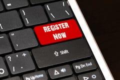 Registrar-se agora no vermelho entram no botão no teclado preto foto de stock royalty free