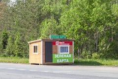 Registratie van een verzekeringspolis Groene Kaart op de weg royalty-vrije stock foto