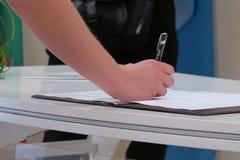 Registratie van huwelijk, een vrouwen` s hand royalty-vrije stock foto