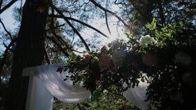 Registratie van huwelijksplaatsen, floristics, toebehoren voor huwelijken Zonnige dag stock videobeelden