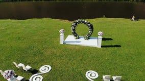 Registratie van huwelijksplaatsen, floristics, toebehoren voor huwelijken Zonnige dag Hommelschot stock videobeelden