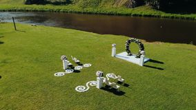Registratie van huwelijksplaatsen, floristics, toebehoren voor huwelijken Zonnige dag Hommelschot stock video
