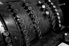 Registratore di cassa d'annata antiquato con i bottoni Immagini Stock