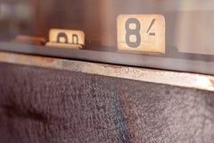 Registratore di cassa d'annata con la fine su di dovere di quantità fotografia stock