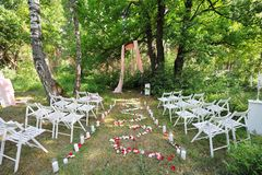 Registrazione all'aperto di nozze con la decorazione in una bella foresta Immagine Stock
