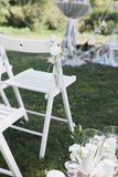 Registrazione dell'uscita di nozze, sedie bianche decorate per nozze Immagine Stock