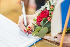 Registrazione di firma del matrimonio immagine stock