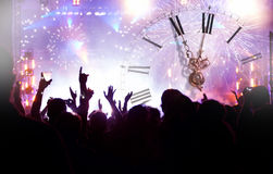 Registre cerca de medianoche, de los fuegos artificiales y sí que espera de la muchedumbre para de nuevo Foto de archivo