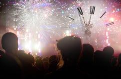 Registre cerca de medianoche, de los fuegos artificiales y sí que espera de la muchedumbre para de nuevo Imagen de archivo libre de regalías