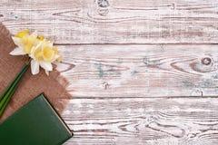 Registre com a flor do fundo de madeira da tabela do vintage na opinião superior Imagem de Stock Royalty Free