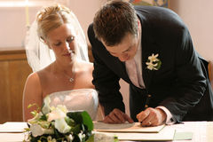 Registre de mariage de signe de couples Photos stock