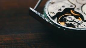 Registre el mecanismo de engranajes, en un fondo de madera elegante almacen de metraje de vídeo