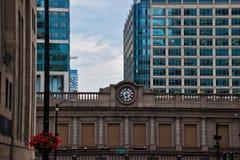 Registre en el paso superior de la estación de tren en el lazo céntrico de Chicago durante verano fotografía de archivo