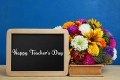 Registre, grupo de flores e placa de giz Imagem de Stock