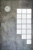 Registre la ejecución en la pared del cemento y la ventana de cristal Foto de archivo