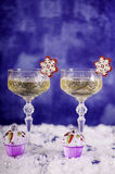 Registre, los vidrios del champán, los copos de nieve, los molletes y banknot del EUR 50 Fotos de archivo