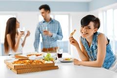 Registreertoestel en raaf Vrienden die Diner hebben die binnen, Snel Voedsel eten Cel royalty-vrije stock fotografie