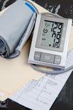 registrerar medicinskt tryck för blod provet Royaltyfri Foto