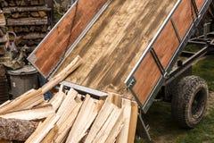 registrerentractor met hout voor de winter stock afbeelding