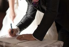 Registrering av förbindelsen efter gifta sig ceremoni arkivbild
