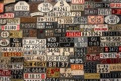 Registreringsskyltar på väggen royaltyfri bild