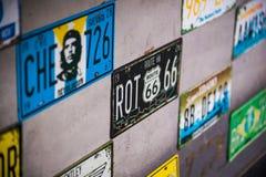Registreringsskyltnummer på väggen Arkivfoto