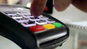 Registrierkasse, bargeldlose Zahlung stock footage