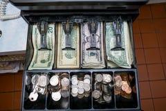 Registrierkasse mit Geld Stockfotografie