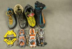 Registrierung von verschiedenen Arten von Bergschuhen und von passenden Steigeisen für sie Lizenzfreie Stockfotos
