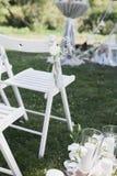 Registro da saída do casamento, cadeiras brancas decoradas para o casamento Imagem de Stock