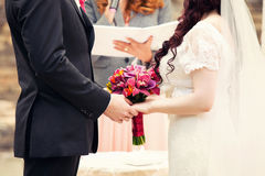 Registro de la boda en la naturaleza fotografía de archivo