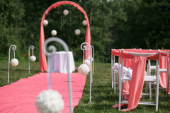Registro de la boda hermoso en naturaleza Sillas blancas para el registro que visita Tienda rosada con las flores blancas para Foto de archivo