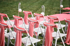 Registro de la boda hermoso en naturaleza Sillas blancas para el registro que visita Tienda rosada con las flores blancas para Imagenes de archivo