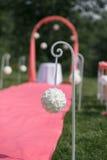 Registro de la boda hermoso en naturaleza Sillas blancas para el registro que visita Tienda rosada con las flores blancas para Foto de archivo libre de regalías